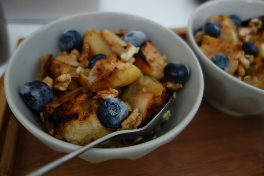 Sunday-breakfast- apple-blueberries-oatmeal-2