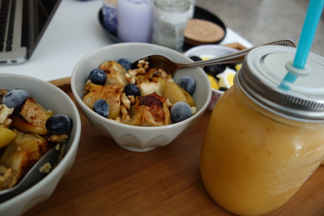 Sunday-breakfast- apple-blueberries-oatmeal-3.JPG